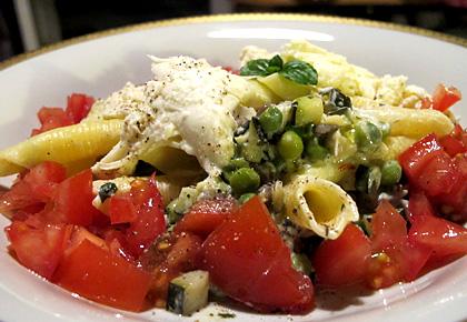 Garganelli mit erbsen minz zucchini limettencreme