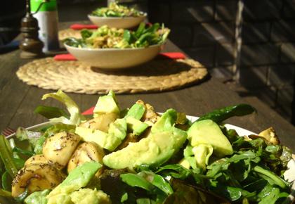 Salat mit avocado und pilzen