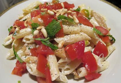 Pasta mit gebratenem Spargel Ricotta Minz Creme Tomaten und