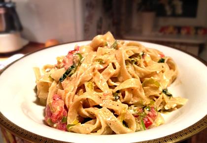 Tagliatelle mit Lauch, Hüttenfrischkäse und Tomaten